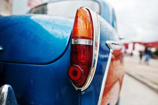 Reflektor z tyłu starego rocznika samochodu.