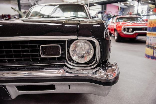 Reflektory i przednia część luksusowego czarnego rocznika samochodu vintage