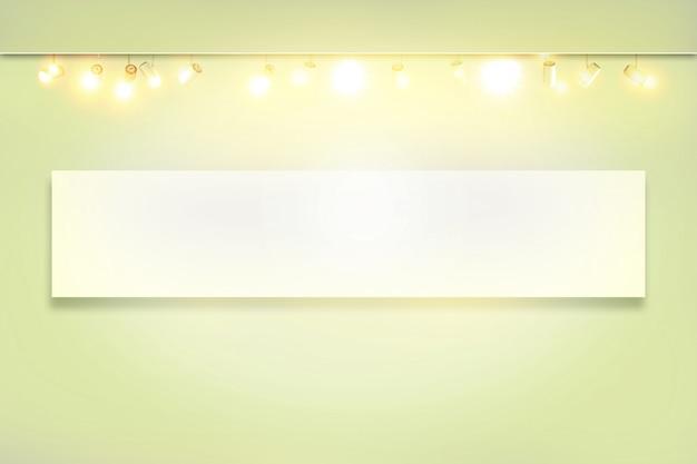 Reflektory w pustej sali wystawowej. biała ściana z plamką podświetlana lampa