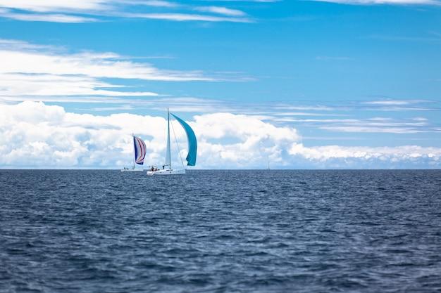 Regaty jachtowe na adriatyku przy wietrznej pogodzie