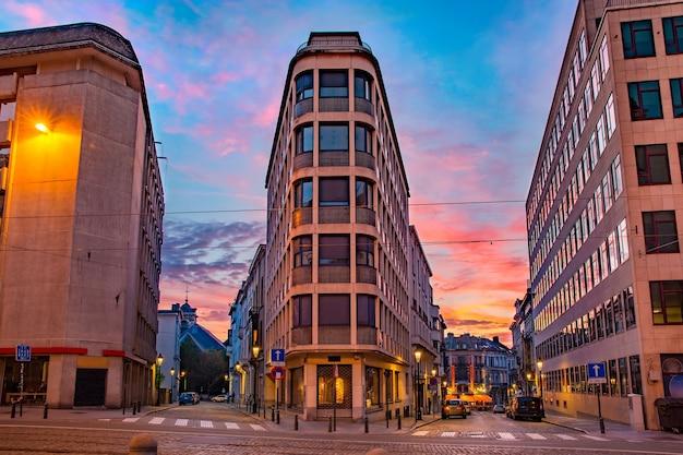 Regency street lub rue de la regence o zachodzie słońca, bruksela, belgia