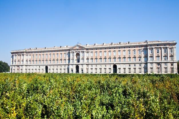 Reggia di caserta (pałac królewski caserta) w słoneczny dzień