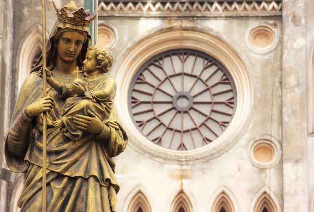 Regina pacis statua przed katedrą św. józefa, hanoi, wietnam