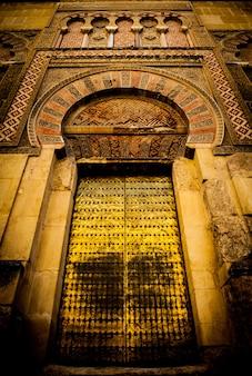 Region andaluzji, na południe od hiszpanii. stare oryginalne arabskie drzwi