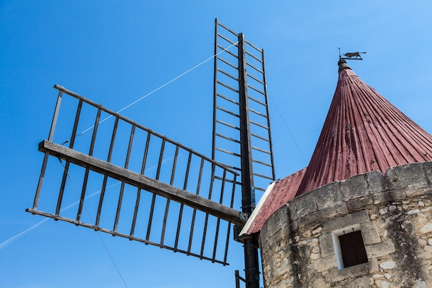 Region prowansji, francja. stary młyn fontvieille, wykonany z kamienia i drewna