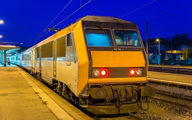 Regionalny pociąg ekspresowy na stacji mulhouse - francja