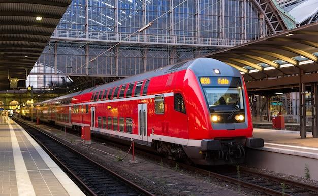Regionalny pociąg ekspresowy na stacji we frankfurcie nad menem w niemczech