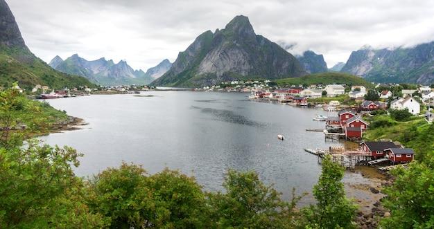 Reine to wioska rybacka na wyspie moskenesoya w archipelagu lofoty w hrabstwie nordland w norwegii