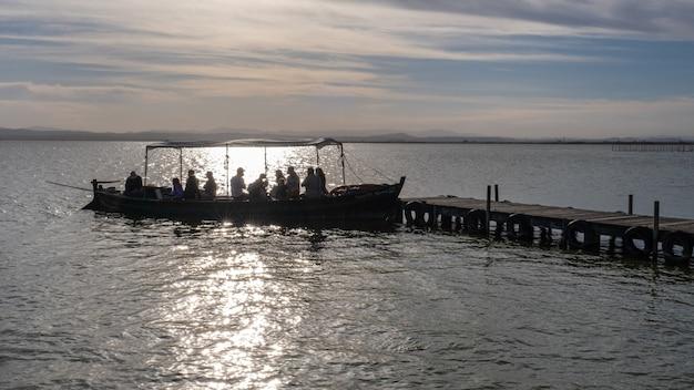 Rejs statkiem po albufera w walencji w el embarcadero