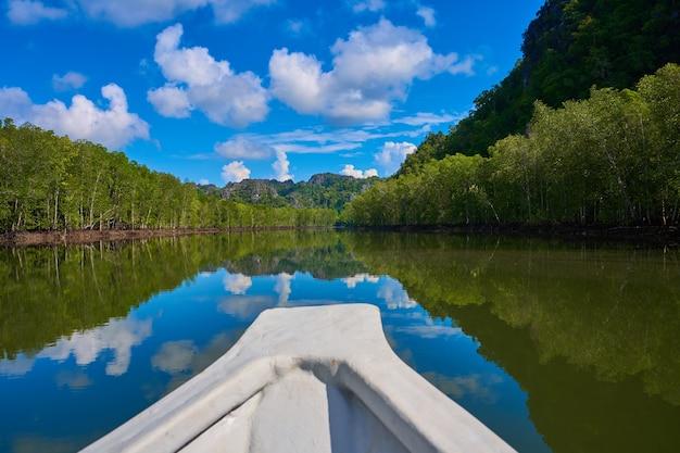 Rejs statkiem po rzece w lasach namorzynowych.
