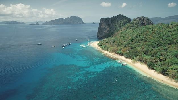 Rejs statkiem po tropikalnym wybrzeżu morskim