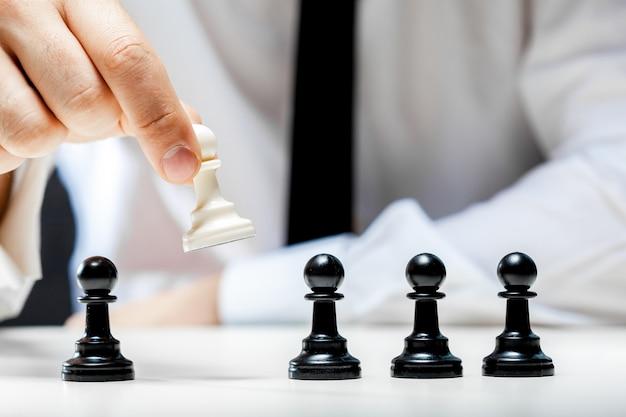 Ręka bawić się szachy biznesmen