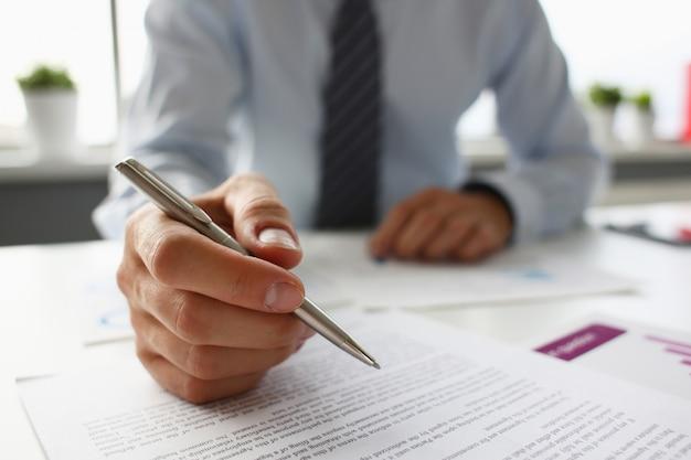Ręka biznesmen w garniturze napełniania i podpisywania z