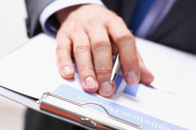 Ręka biznesmen w garniturze podpisywania i napełniania