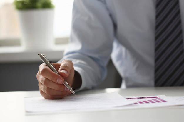 Ręka biznesmen w kolorze podpisania i napełniania