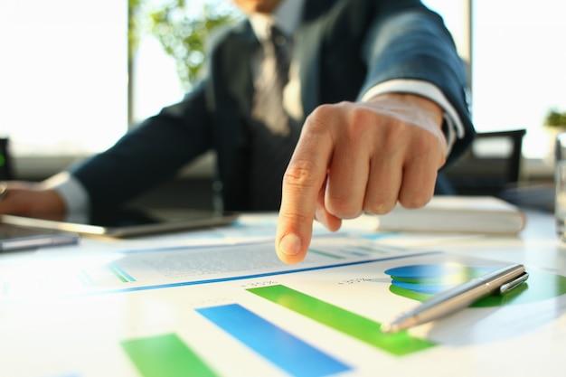 Ręka biznesmen w kolorze wypełnienia i podpisania z