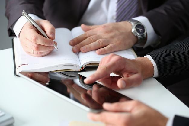 Ręka biznesmen w kolorze wypełnienia