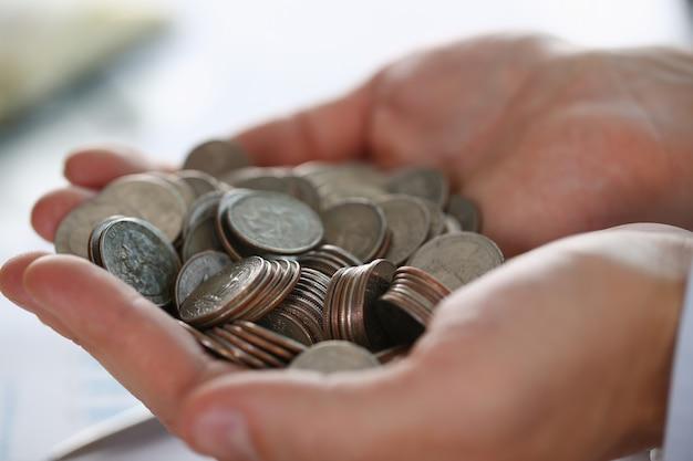Ręka biznesmen wprowadzenie pieniędzy pin