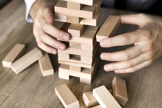 Ręka biznesmena planowania, ryzyka i strategii w biznesie