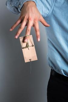 Ręka biznesmena w pułapkę na myszy