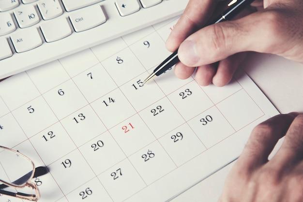 Ręka biznesmena za pomocą kalendarza