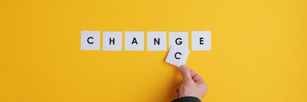 Ręka biznesmena zmieniająca słowo zmień w przypadek.