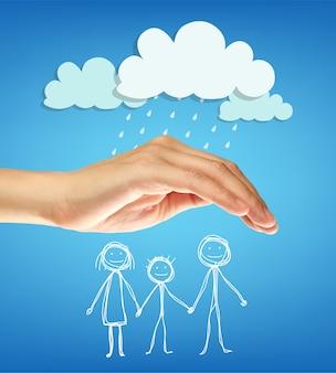 Ręka chroni rodzinę przed deszczem. pojęcie ubezpieczenia rodzinnego.