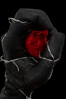 Ręka chwytając różę
