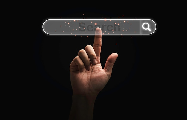 Ręką człowieka dotykając wirtualnych badań przesiewowych wyszukiwanie ikony koncepcji wyszukiwarki sieci web.