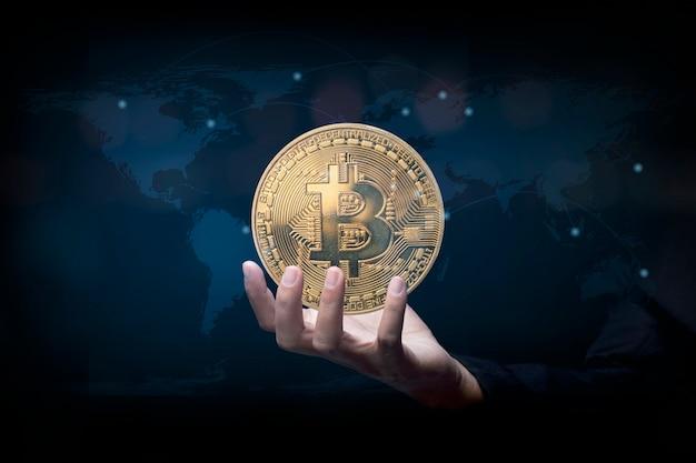 Ręką człowieka pokazując wirtualne pieniądze bitcoin. koncepcja kryptowaluty bitcoin. cyfrowy symbol nowej waluty wirtualnej.
