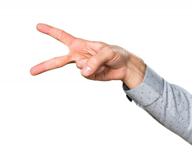 Ręka człowieka robi nożyczki gest
