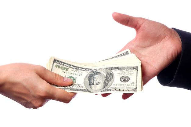 Ręka, dając pieniądze innej ręce na białym tle