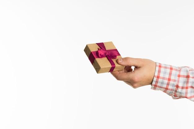 Ręka dająca mały prezent
