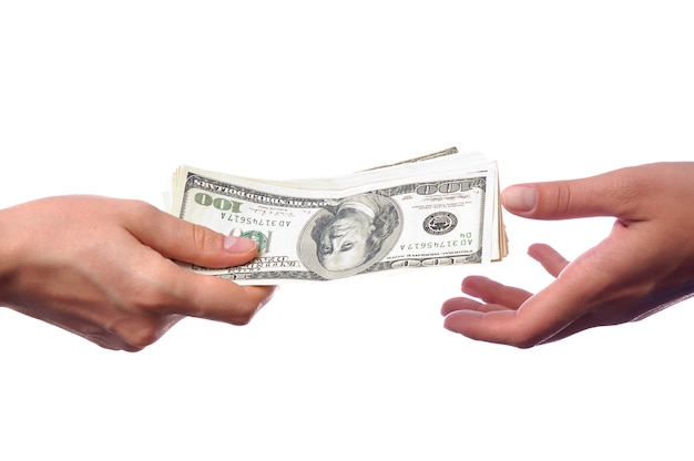 Ręka daje pieniądze innej ręce