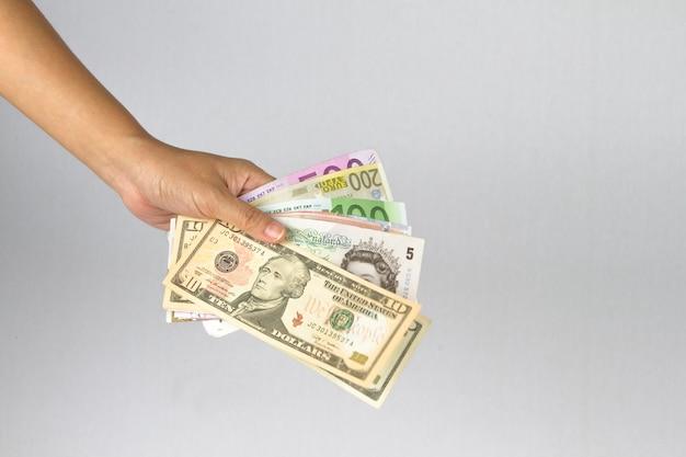 Ręka daje pieniądze