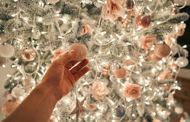 Ręka dekorująca choinkę