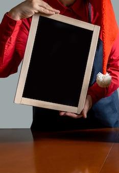 Ręka dostarcza trzymaj zakupy pracownik zarządu czerwony dostawa online nowy rok boże narodzenie
