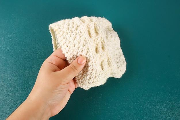 Ręka dotyka tkaniny. pojęcie dotyk, dotyk, uczucia.