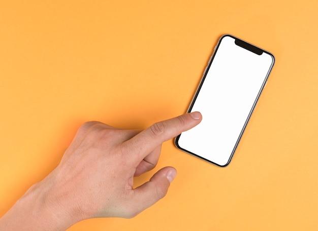 Ręką dotykając telefon makieta