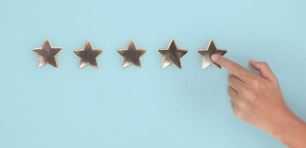Ręka dotykająca rośnie wraz ze wzrostem pięciu gwiazdek zwiększenie oceny oceny i koncepcji klasyfikacji