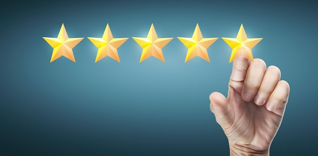 Ręka dotykania wznosi się na pięć gwiazdek. zwiększenie oceny oceny i koncepcji klasyfikacji