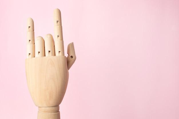 Ręka drewniany robota pokazano gest rocka