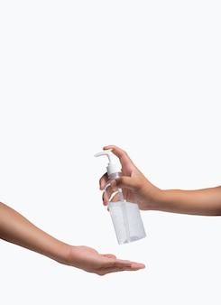 Ręka, dwie osoby używające żelu alkoholowego