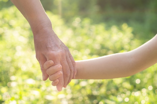 Ręka dziecka i stara ręka babcia