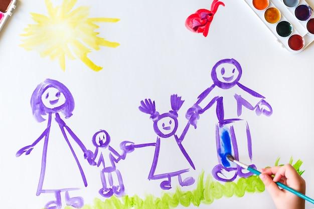 Ręka dziecka maluje szkic rodziny