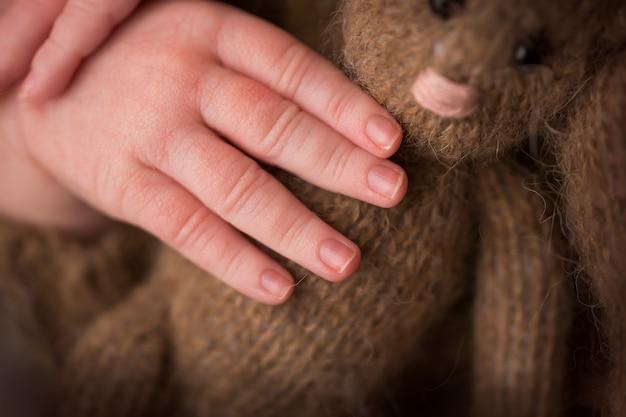 Ręka dziecka, palce z bliska. ręce noworodka, koncepcja szczęśliwego dzieciństwa, opieka zdrowotna, in vitro, higiena. zdjęcie wysokiej jakości
