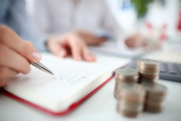 Ręka finansów pamiętnik pióro do projektowania strony głównej.