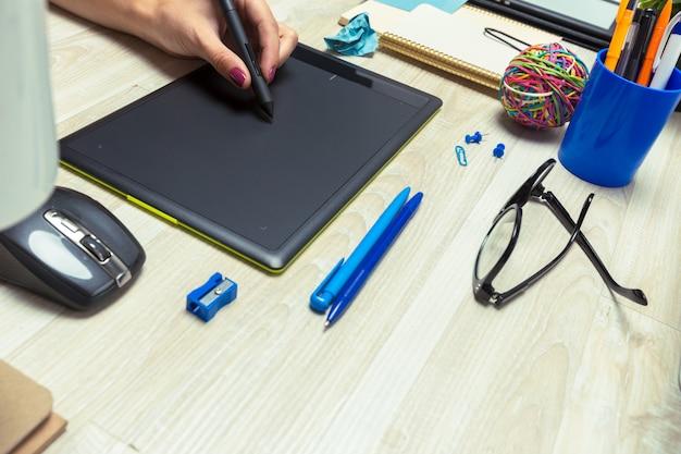 Ręka grafik pracuje ze stylusem i tabletem