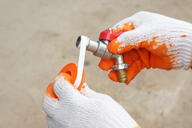 Ręka hydraulika zawinęła taśmę w kran