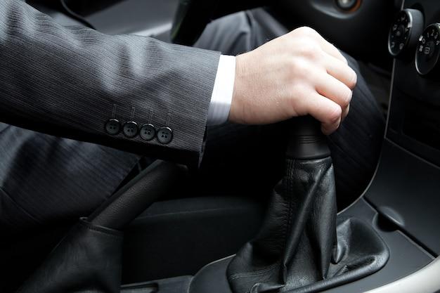Ręka kierowcy samochodu